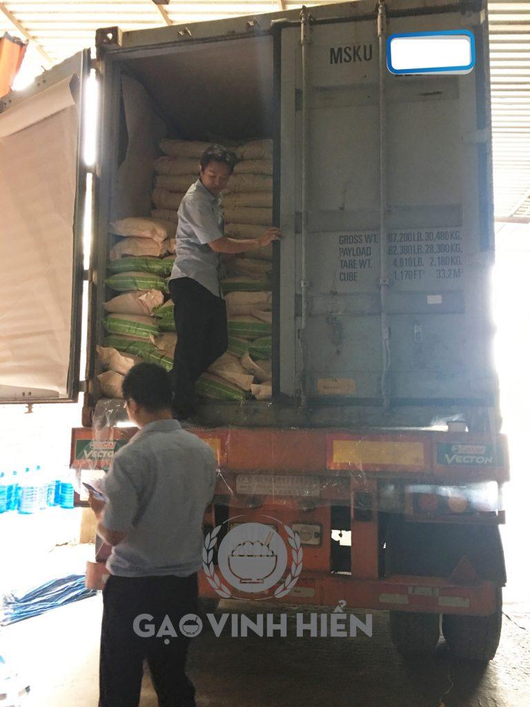 Gạo đang được kiểm tra trước khi giao hàng cho đối tác (Ảnh: tại Nhà máy gạo Vinh Hiển)